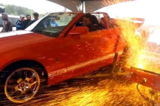 Стенд, на котором измеряются мощность, взорвался под колесами Mustang.